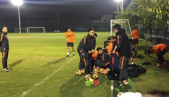 亚冠冠军外教或加盟鲁能 球队抵达广州立马开练