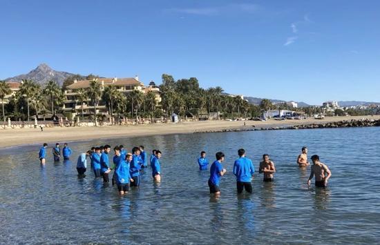 福利!苏宁众将恢复训练大秀肌肉 享受海中天然冰疗