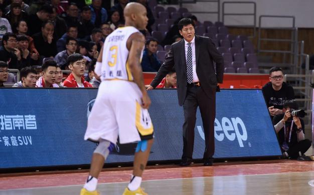 丁伟:队员关键球放不开 我一再说投不进算我的