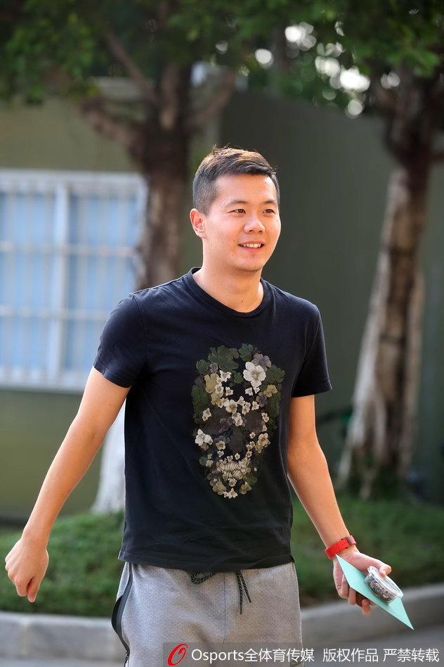 黄博文晒生涯冠军奖牌遭队友调侃 刘健:卖不?我收
