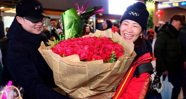 徐梦桃凯旋回国 机场收获99朵玫瑰