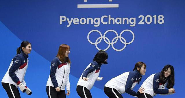 短道女子3000米接力颁奖 韩国队搞怪