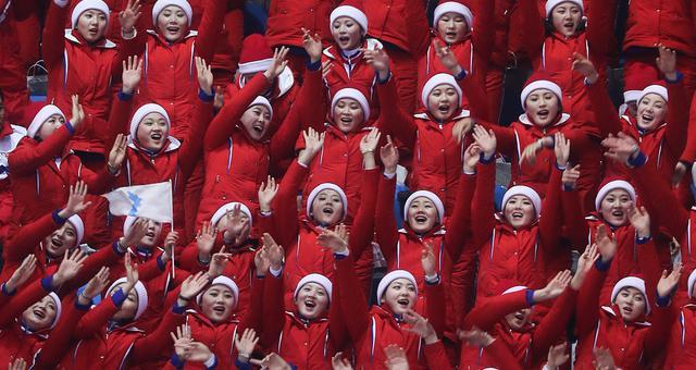 朝鲜啦啦队为韩国选手呐喊助威