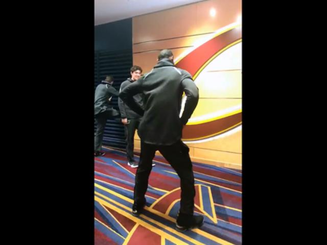 视频-老汉广播体操扭起来!詹皇球员通道秀骚气舞蹈