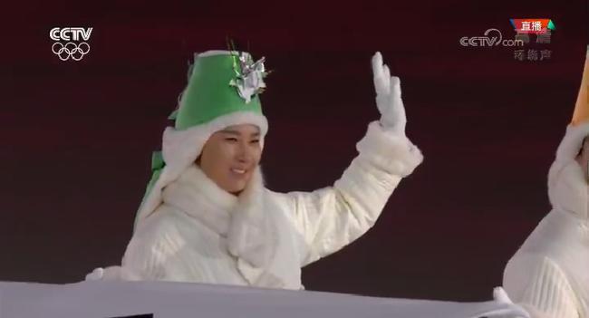 朴世莉举韩国国旗入场
