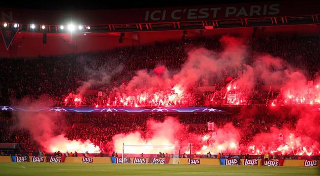 巴黎球迷燃放烟火