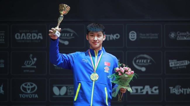 薛飞获得了世青赛四项冠军,重要的是他是一名直板选手