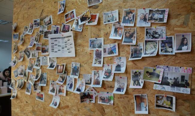 天壤办公区里的照片墙