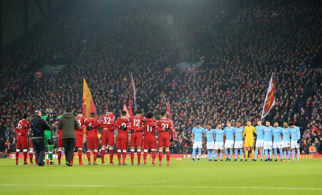 双方赛前为刚刚去世的前利物浦门将汤米-劳伦斯鼓掌默哀