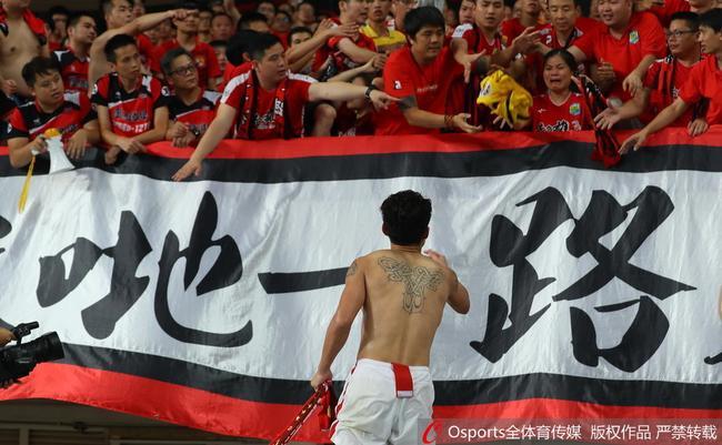 郑智把球衣送给球迷