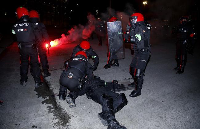 1警察球迷冲突中因心脏病死亡