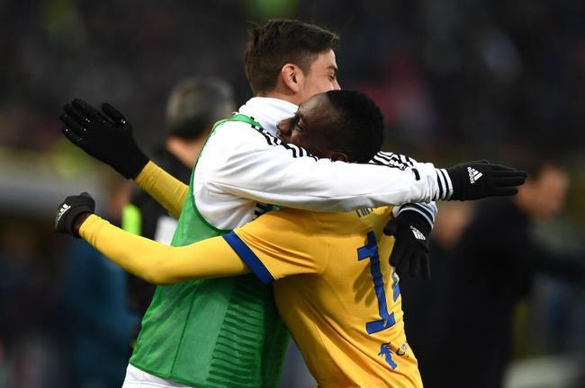马图伊迪进球后拥抱迪巴拉