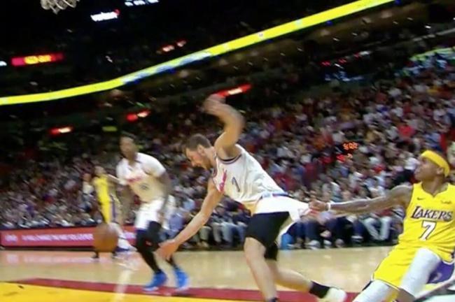 【影片】又在考驗Nike的質量?小Thomas猛拽Dragic球褲露打底褲  竟然沒被扯破!