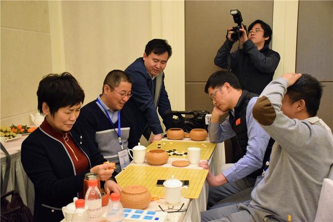MLILY梦百合董事长倪长根与央视记者李瑛小试牛刀
