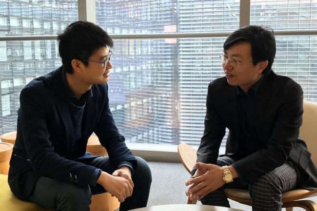 余小鲁博士(右)在新浪总部大厦接受专访