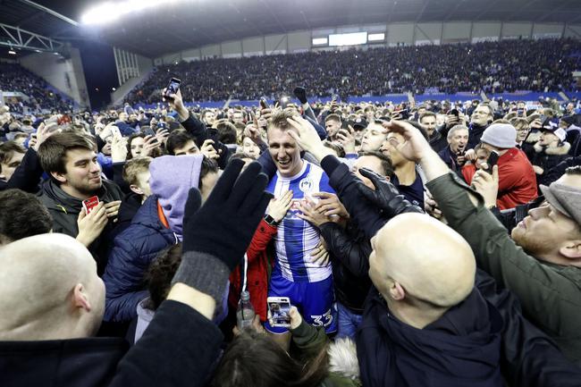 维冈球迷赛后涌入场地庆祝胜利