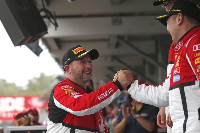 澳洲车手Tony Bates向印尼车手Andrew Haryanto表示祝贺,后者获得2019斯帕24小时耐力赛资格