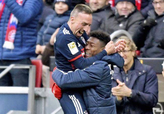 里贝里进球后到场边拥抱阿拉巴