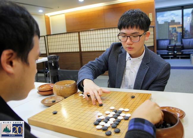 戴上眼镜的杨博崴下棋仍然犀利