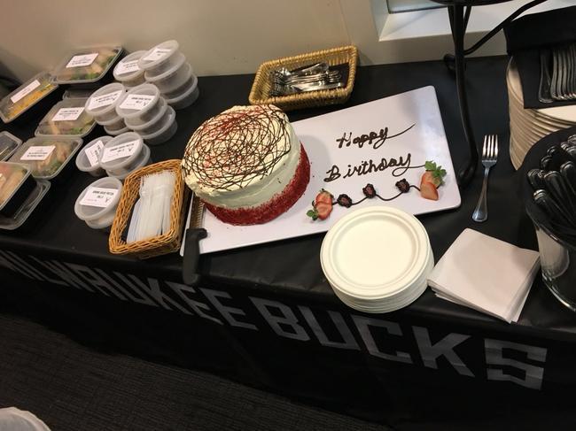 雄鹿官方给字母哥准备的蛋糕