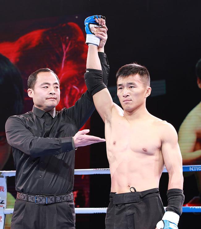体育老师魏成金赢得胜利