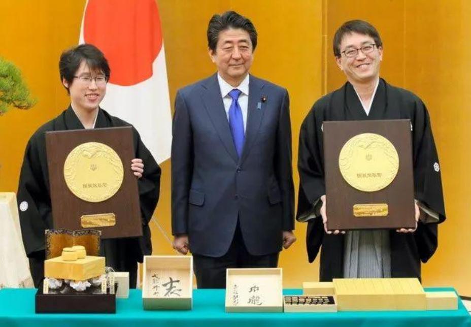 幻灯-日本首相为井山裕太颁发奖章