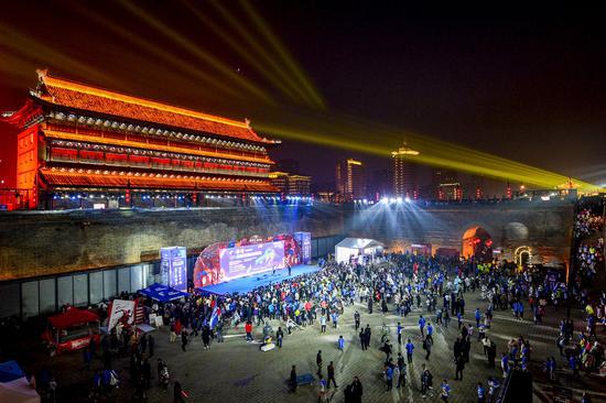 时尚科技与蹦跳音符,2018西安城墙秋季半马狂欢起跑