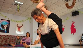 八旬老翁练成瑜伽达人 身体柔软不输少女