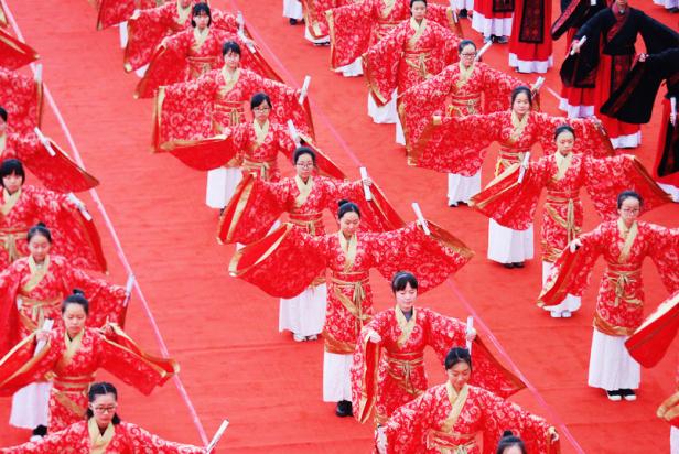 400名学子齐聚西安汉城湖畔行汉式成人礼