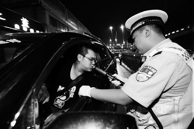 西安司机离交警老远就停车 一查果然喝了酒