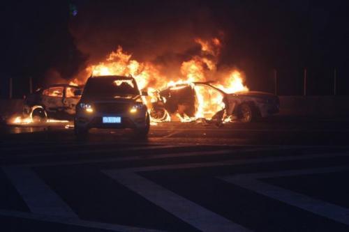十天高速隧道三车追尾起火 6人受轻伤无人员被困