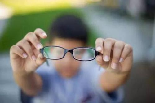 青少年近视率女生高于男生 规范用眼是最有效措施