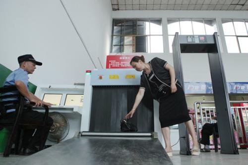记者走访汽车客运站看安检 违禁品包里身上都难过