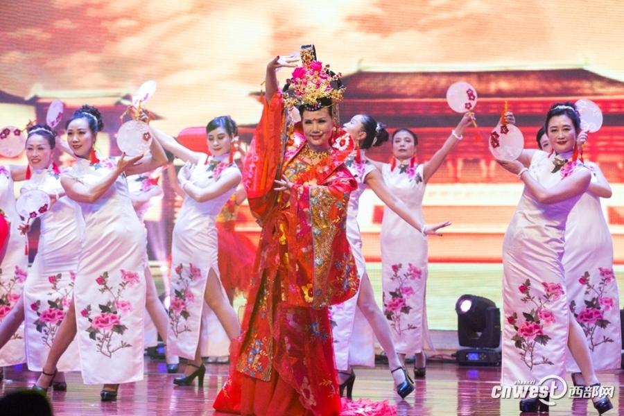 别说过年没年味 重庆女子自办3届家庭春晚