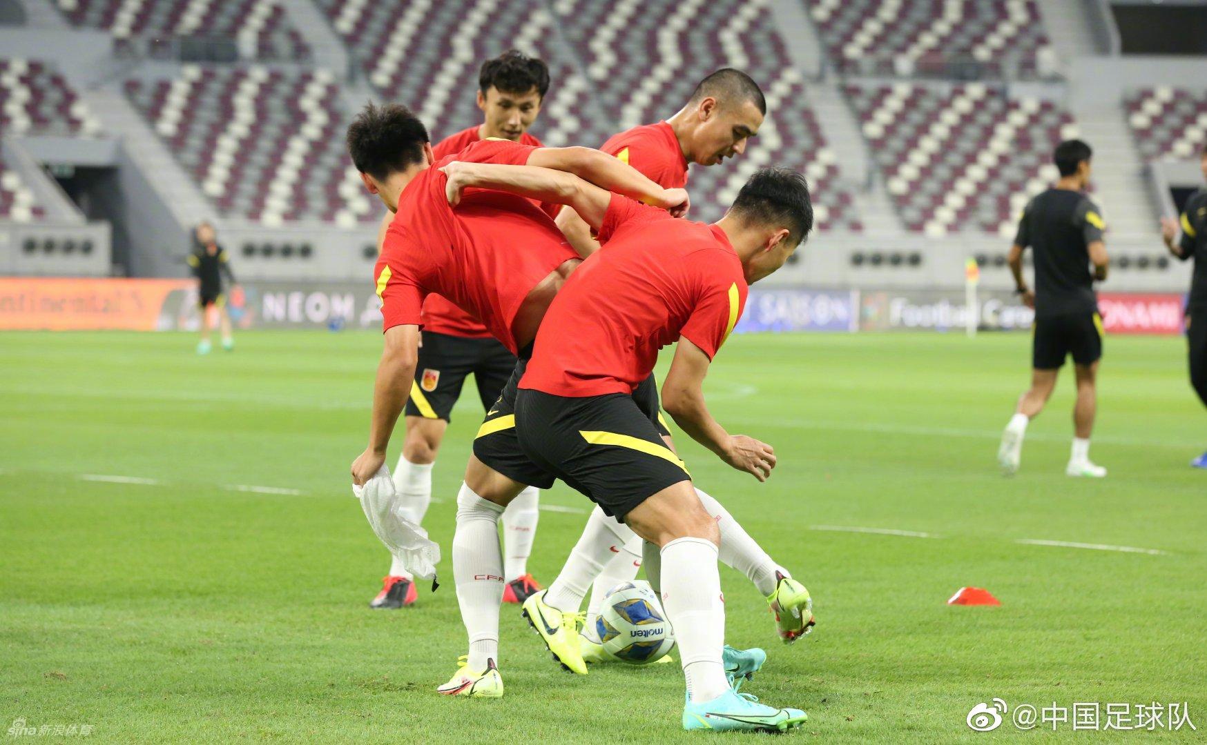 国足训练备战日本 32名球员全部参加合练