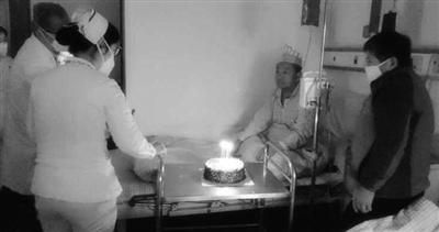 医生戴口罩为结核病人唱生日歌 治疗车上摆生日蛋糕