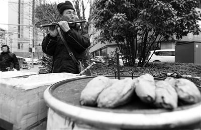 西安68岁老人卖烤红薯18年 自学吹笛子能吹上百首
