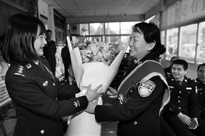 女民警退休 36个同事拍微电影送祝福