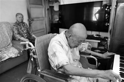 掌握5国语言 每天坚持弹琴 这位87岁老人不简单