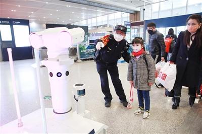 西安北站智能机器人测体温 确保旅客出行平安