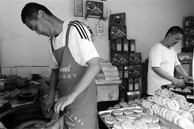 父子两代人卖月饼30年 一天能卖上千土月饼