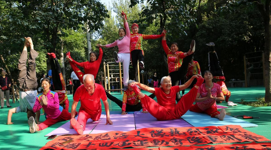 西安老人公园晨练,展示健身绝活,为十四运会加油