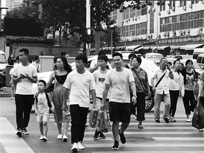 记者直击街头不文明现象 行人闯红灯横穿马路