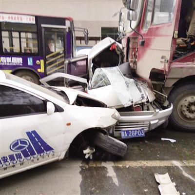 车祸发生后,面包车受损严重 本报记者 李佳摄
