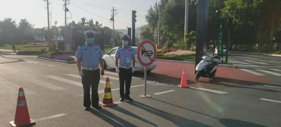 高新交警在赛场外执勤