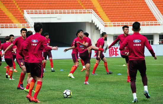 中国队在西安适应场地训练本报记者吴岸彪摄