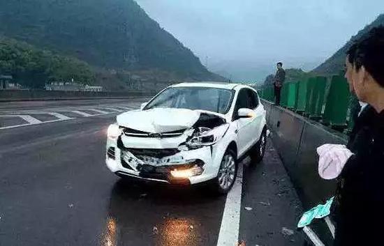 首先打开双闪与鸣笛,引起周围车辆的注意,便于后续躲避。
