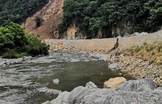 高渡河山体滑坡。