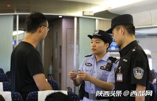乘警郭婕敏接到上级指令在对车票与座位号不符的旅客进行检查