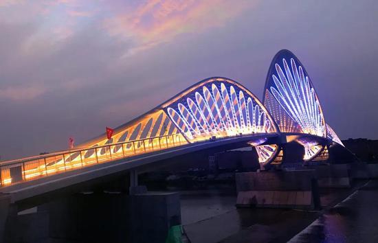 又添靓丽风景!西咸新区沣河人行景观桥建成通行
